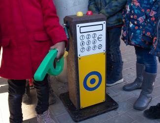 """station essence 3d """"oxy"""" de couleur jaune"""
